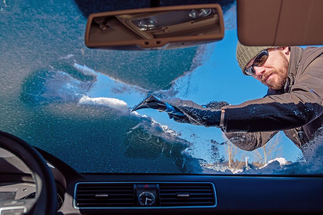 Usuwanie lodu z szyby samochodowej