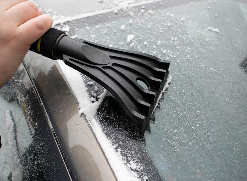 Usuwanie lodu zszyby samochodowej