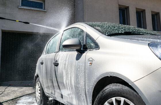 Mycie auta aktywną pianą