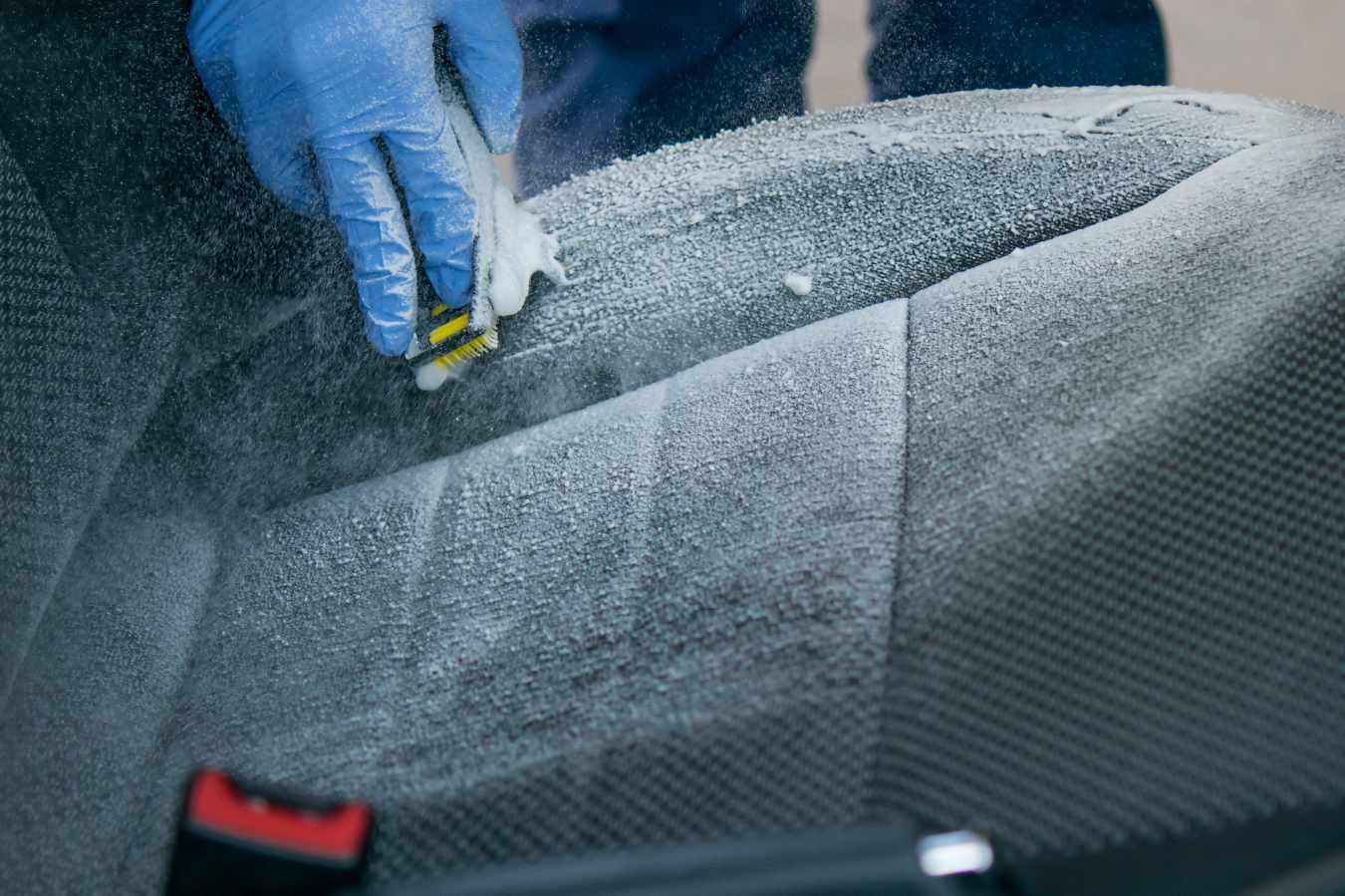 Pranie tapicerki samochodowej – jak to zrobić samemu? Czy warto oddać auto do profesjonalnego prania tapicerki?