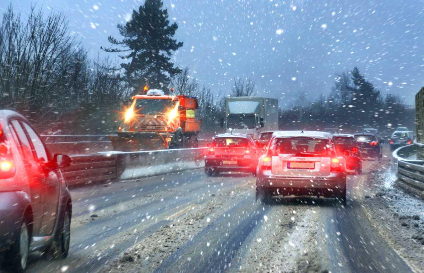 Hamowanie zimą – co trzeba o nim wiedzieć i jak się go nauczyć? Jak skutecznie hamować zimą?