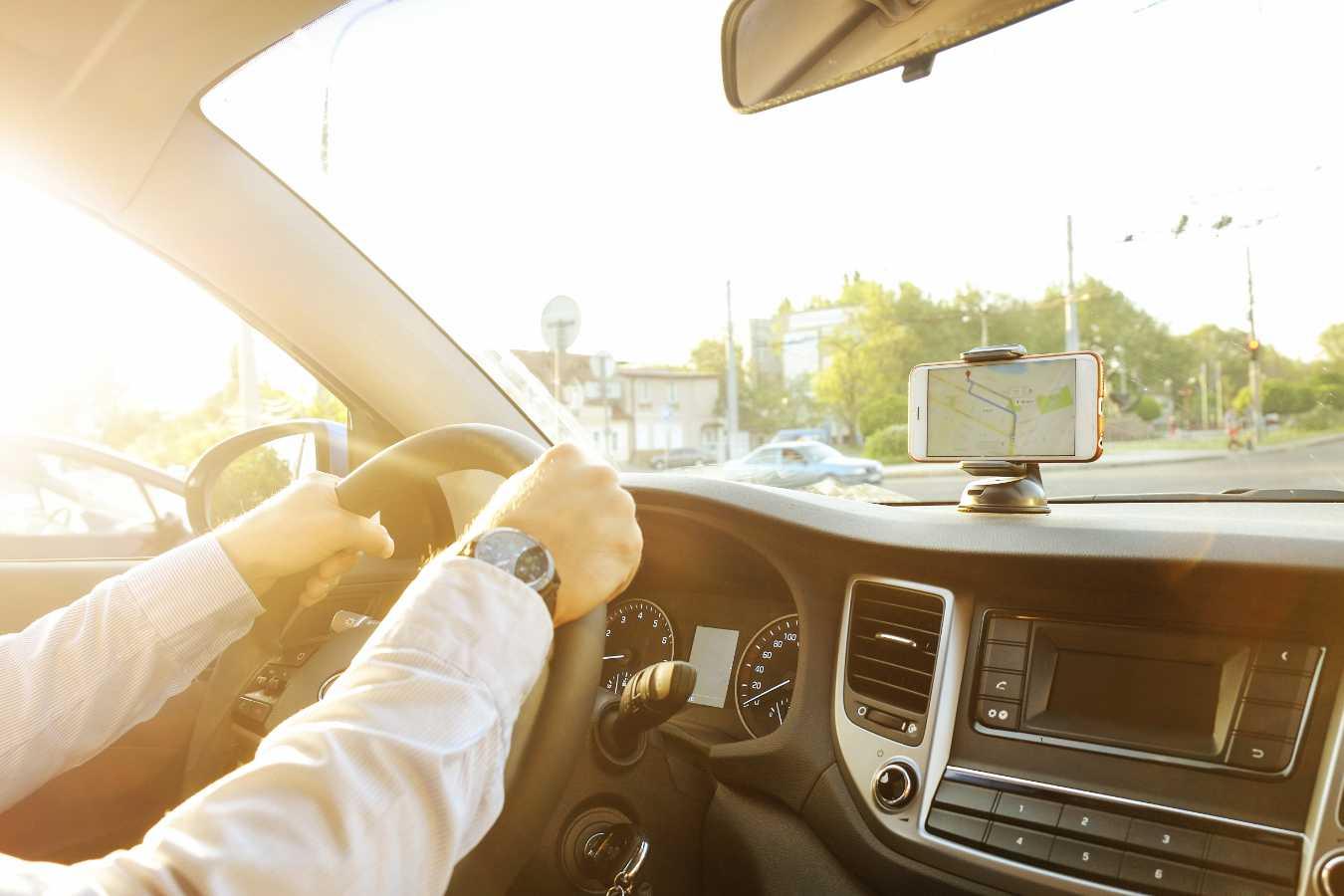 Jaki uchwyt do telefonów samochodowy będzie dobrym wyborem? Co warto wiedzieć przed zakupem?
