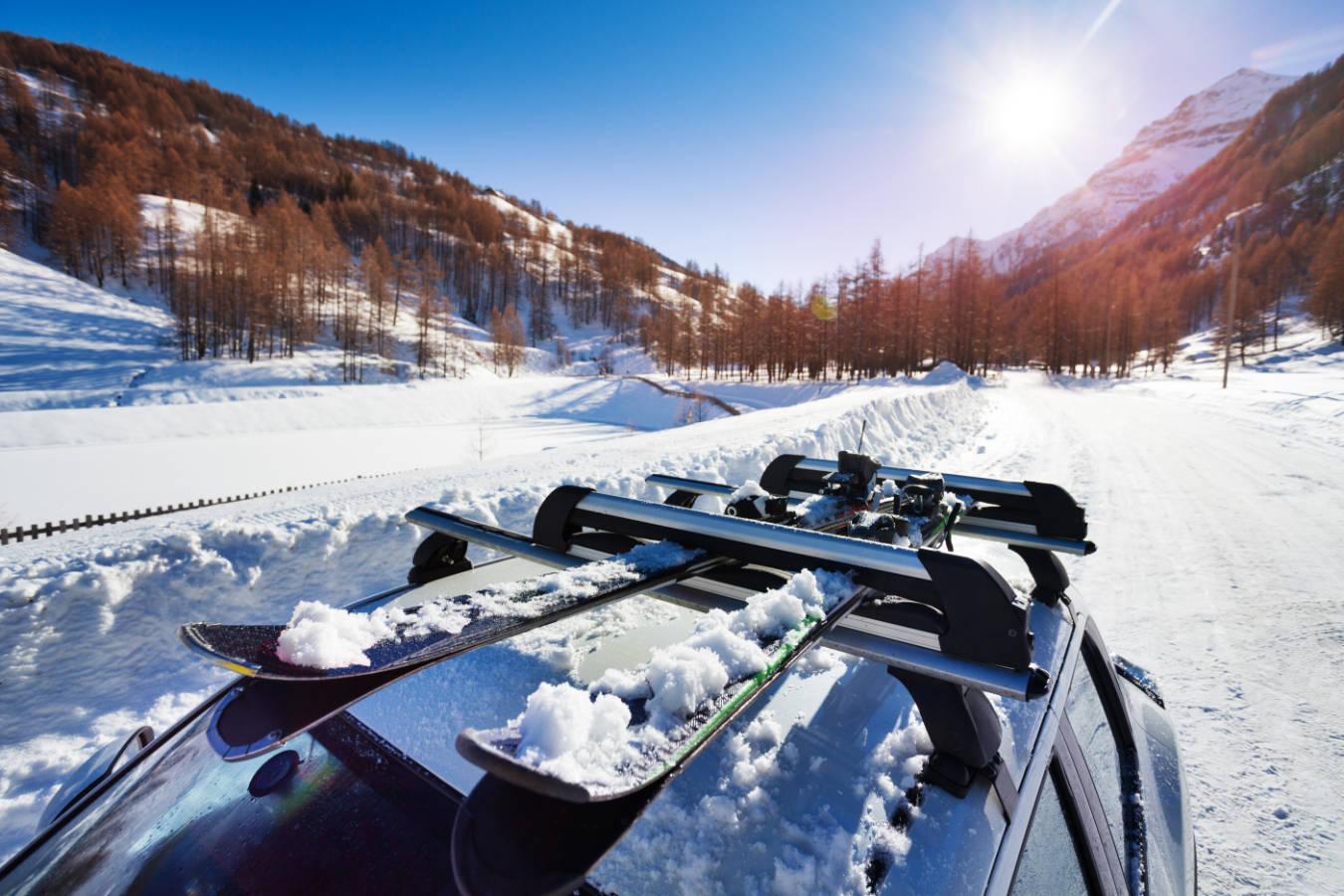 Jaki bagażnik na narty będzie dobrym wyborem? Co warto wiedzieć o przewożeniu nart samochodem?