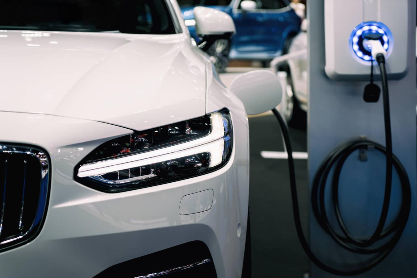 Samochody elektryczne – co warto wiedzieć przed zakupem? Jakie są zalety i wady aut na prąd?