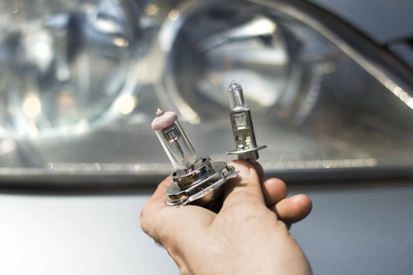 Wymiana żarówki w aucie – jak to zrobić samemu? Co trzeba wiedzieć o wymianie żarówki w samochodzie?